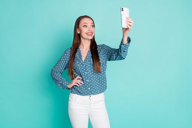 Photo d'une charmante belle fille faire selfie sur téléphone portable isolé sur fond de couleur turquoise