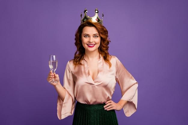 Photo d'une charmante dame assez chic et confiante tenant un verre de vin mousseux