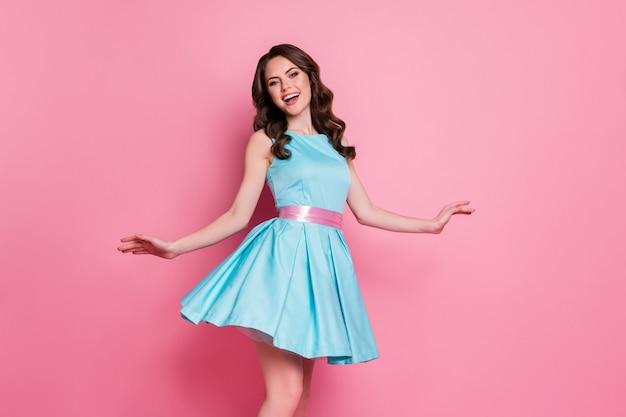 Photo d'une charmante dame bouclée de bonne humeur porter une robe bleu sarcelle isolée sur fond de couleur rose