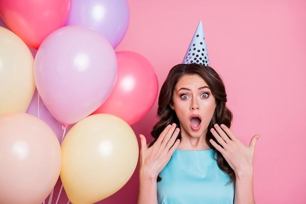 Photo de charmante dame drôle prom party tenir la main de nombreux ballons à air célèbre anniversaire