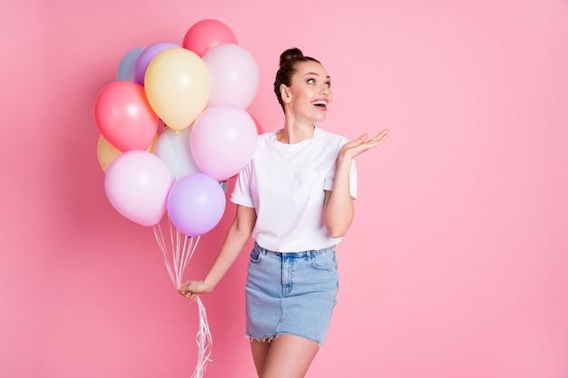 Photo de charmante dame jolie vacances d'été tenir de nombreux ballons à air anniversaire