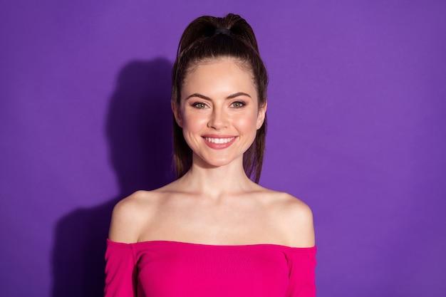 Photo d'une charmante fille agréable et satisfaite qui a l'air bien à huis clos, porte une tenue de style jeunesse isolée sur fond de couleur violette