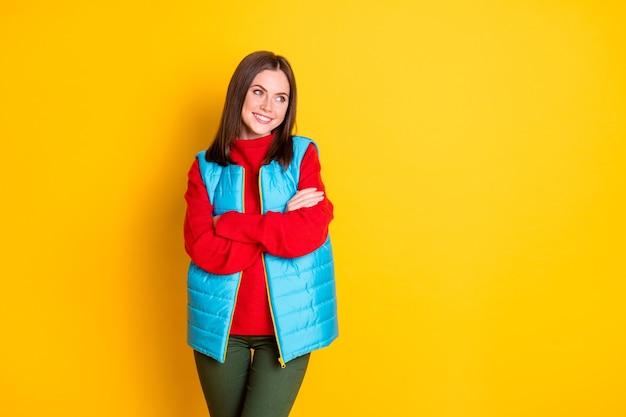 Photo d'une charmante fille séduisante les mains croisées profiter du repos du week-end d'hiver se détendre regarder copyspace porter des pantalons de saison isolés sur fond de couleur brillant