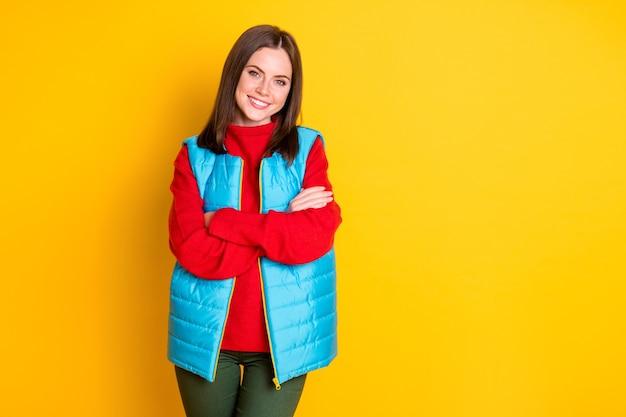 Photo de charmante fille séduisante mains croisées profiter de la saison d'hiver week-end porter des vêtements d'automne isolés sur fond de couleur vive