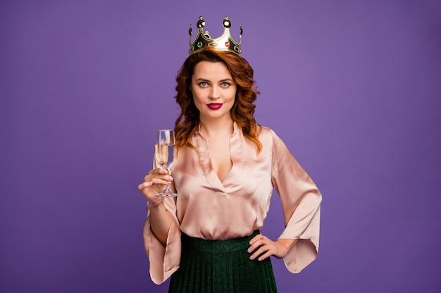 Photo de charmante jolie dame tenir un verre de vin mousseux