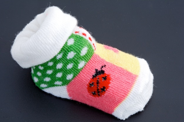 Une photo d'une chaussette de bébé