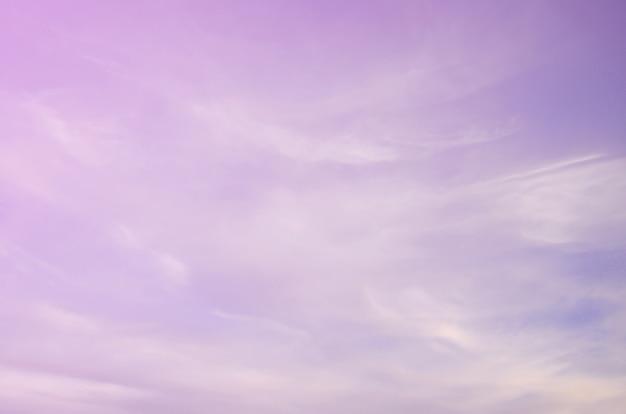 Une photo d'un ciel bleu brillant et brillant avec duvet moelleux et dense