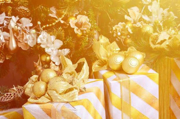 Photo de coffrets cadeaux de luxe sous un arbre de noël