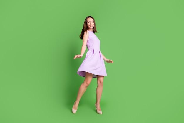 Photo complète du corps d'une jeune fille élégante et douce, sourire à pleines dents, danse, humeur, humeur, pose, photographe, amuser, bal, remise des diplômes, collège, événement, porter, violet, robe, isolé, pastel, vert, couleur, fond