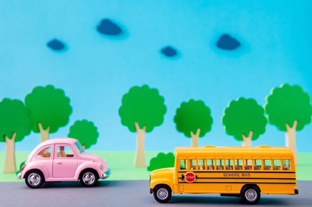 Photo de conception d'art d'un joli bus scolaire de voitures anciennes sur l'autoroute