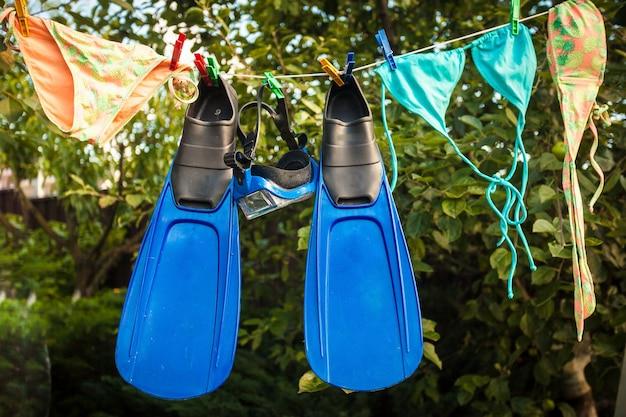 Photo conceptuelle de l'équipement de plongée en apnée séchant sur une corde à linge