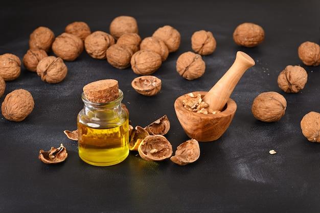 Photo conceptuelle sur la façon de faire de l'huile de noix.