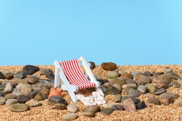 Photo conceptuelle sur des vacances sur une plage de galets par une belle journée ensoleillée.