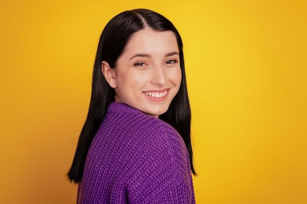 Photo de côté de profil de jolie jeune femme heureuse sourire à pleines dents positif mignon joli isolé sur fond jaune