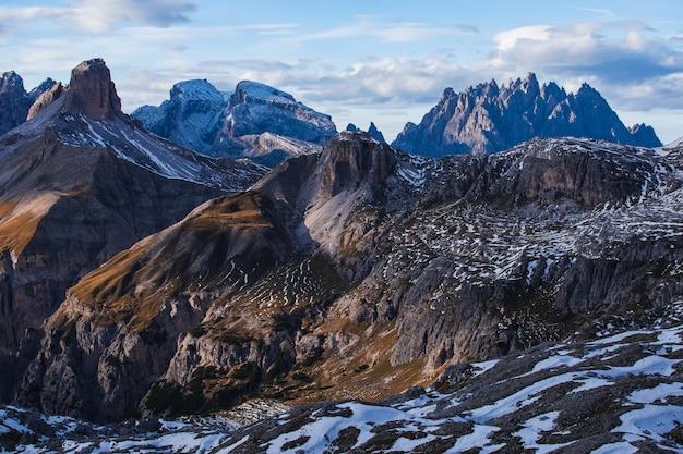 Photo à couper le souffle du petit matin dans les alpes italiennes