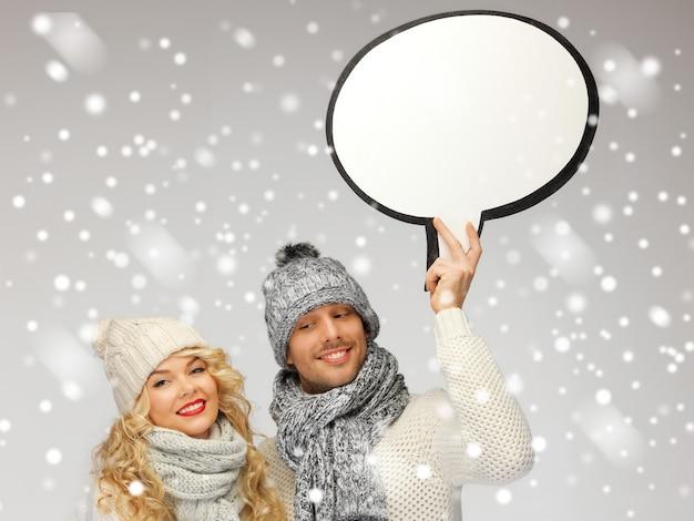 Photo d'un couple de famille avec une bulle de texte vierge