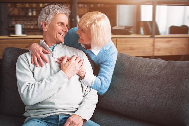 Photo de couple de personnes âgées dans la chambre.