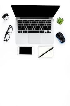 Photo de création à plat plat de lieu de travail moderne avec un ordinateur portable, fond vue de dessus ordinateur portable et copie