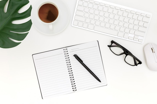 Photo de création à plat plat de lieu de travail moderne avec un ordinateur portable, fond vue de dessus ordinateur portable et espace de copie sur fond blanc