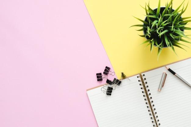 Photo créative plat poser du bureau d'espace de travail. bureau avec vue de dessus et blocs-notes ouverts