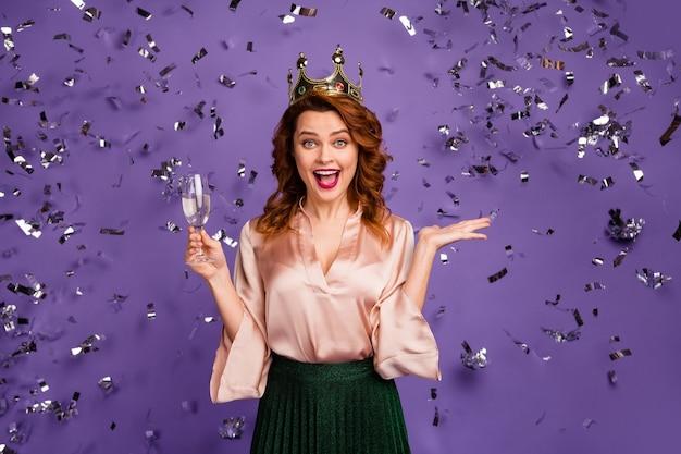 Photo d'une dame assez excitée tenant un verre de vin mousseux