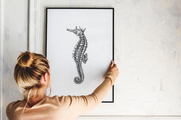 Photo de dessin hippocampe de la main est accroché sur le mur
