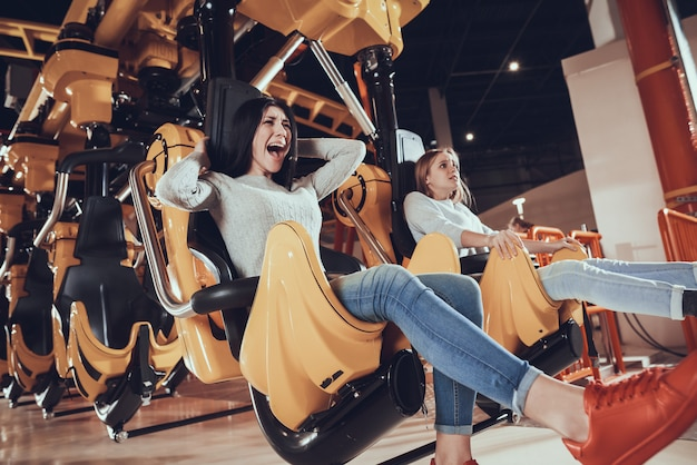 Photo de deux amies choquées et excitées