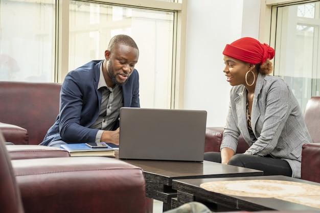 Photo de deux collègues de travail lors d'une petite réunion d'affaires