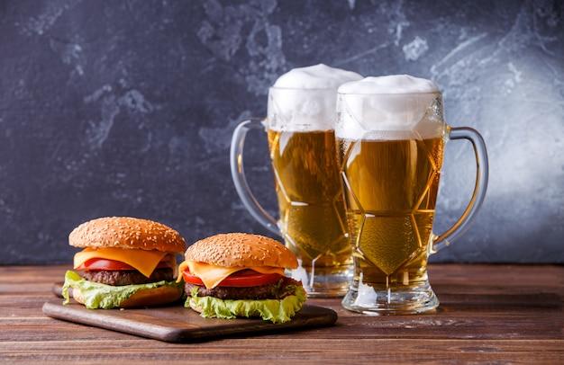 Photo de deux hamburgers, verres à bière