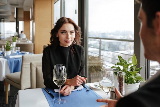Photo de dos d'homme avec femme près de la table