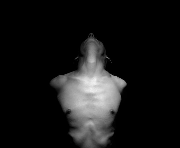 Photo dramatique en noir et blanc d'un homme