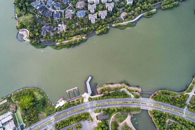 Photo de drone aérien du barrage dans le lac marathona le jour d'hiver, marathonas, attique, grèce