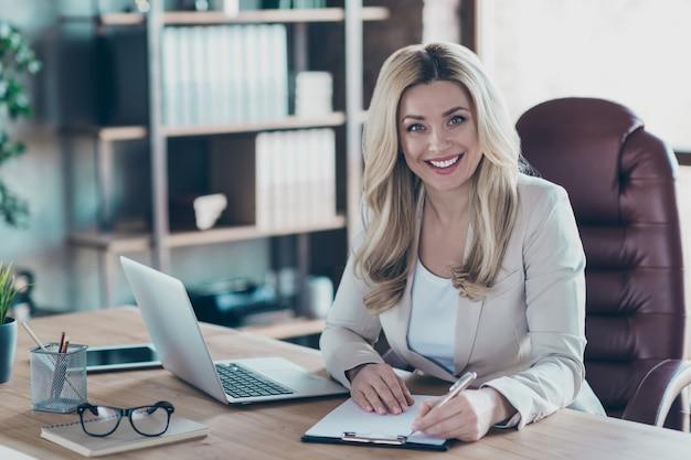 Photo du contrat de signature de table cahier femme d'affaires