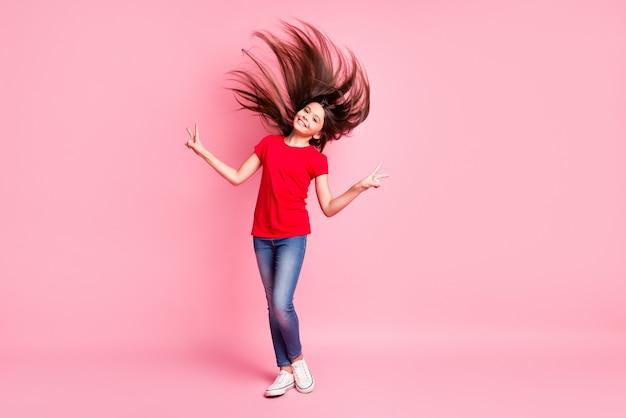 Photo du corps entier d'une fille latine aux cheveux volants faisant v-sign porter une tenue de style décontracté isolée sur fond de couleur pastel