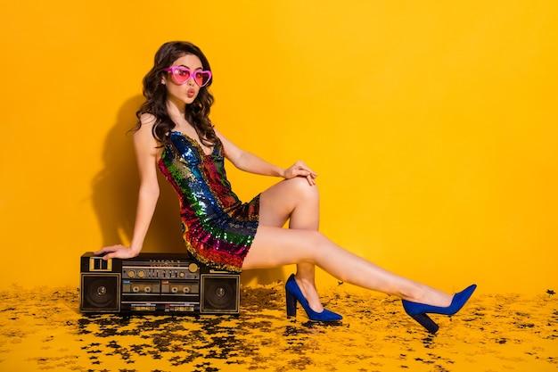 Photo du corps entier d'une jolie fille mignonne s'asseoir boom box confettis étoiles étage envoyer air baiser porter jupe en forme de coeur lunettes de soleil bleu stilettos isolés sur fond de couleur brillant brillant