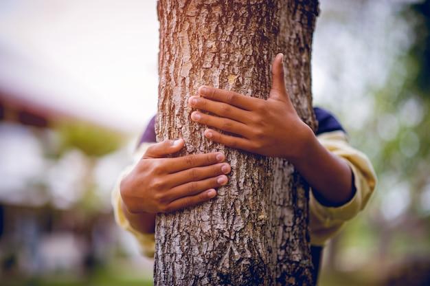 La photo a embrassé les arbres de jeunes hommes qui aiment la nature.