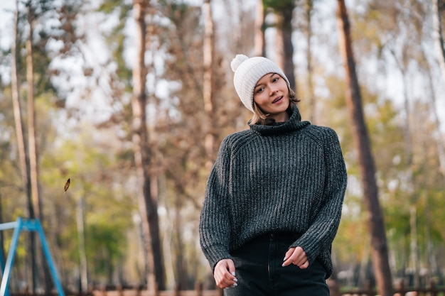 Photo d'émotion. jolie fille caucasienne émotionnelle blanche dans le parc