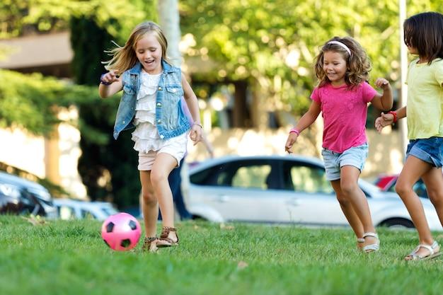 Photo d'enfants sillonnant le football