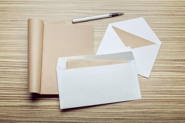 Photo d'enveloppe vierge sur un bois