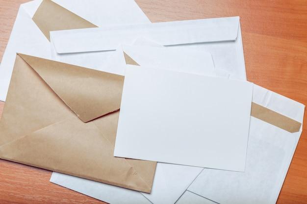 Photo d'une enveloppe vierge sur un fond en bois