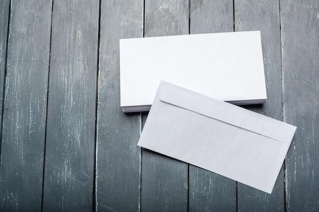 Photo d'une enveloppe vierge sur une surface en bois