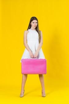 Photo d'été de belle femme blonde avec valise rose