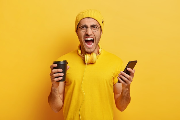Photo d'un étudiant indigné en colère vêtu d'un costume jaune