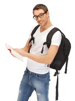 Photo d'étudiant avec sac à dos et livre dans les spécifications