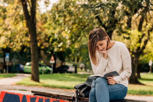 Une photo d'un étudiant en train de lire un livre.