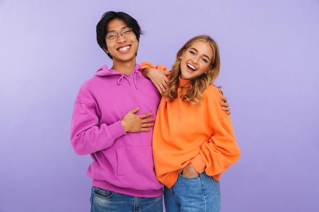 Photo d'étudiants amis heureux jeune couple debout isolés.