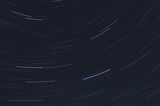Photo d'exposition de l'arrière-plan de rotation des sentiers de lumière des étoiles
