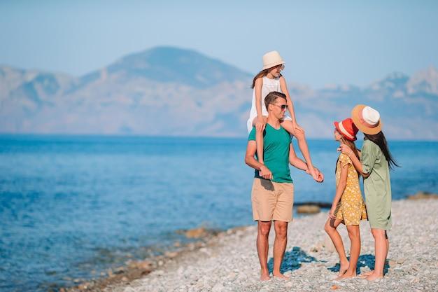 Photo de famille heureuse s'amusant sur la plage. mode de vie d'été