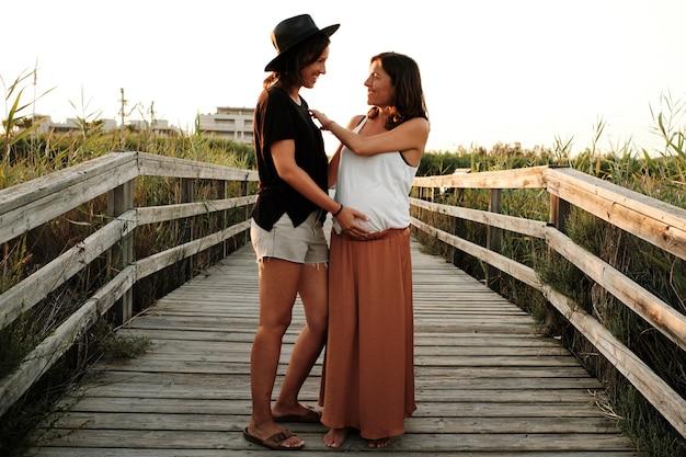 Photo fascinante d'un charmant couple enceinte - concept de famille lesbienne