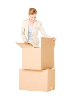 Photo de femme d & # 39; affaires avec des boîtes sur blanc
